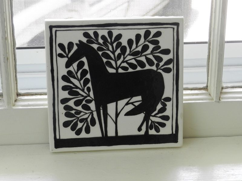 100669-black horse tile